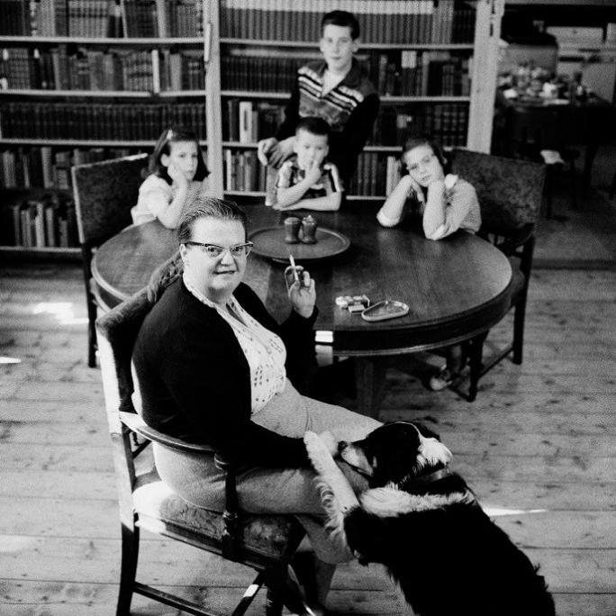Shirley Jackson con i suoi figli, North Bennington, Vermont, 1956 [Erich Hartmann/Magnum Photos]