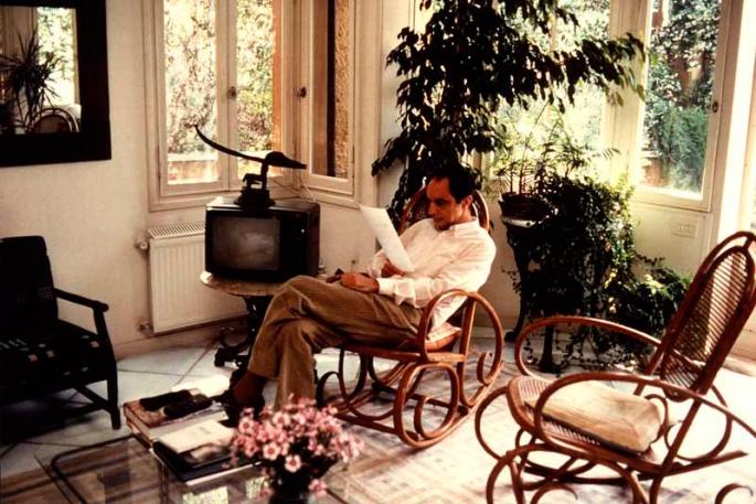 Italo Calvino nella veranda della sua abitazione romana